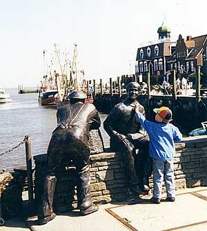 Die Fischerskulpturen im Hafen von Neuharlingersiel
